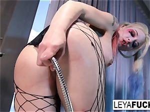 Leya Falcon uses the bath shower head on her culo
