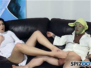 Daisy Haze drains off yoda with her feet